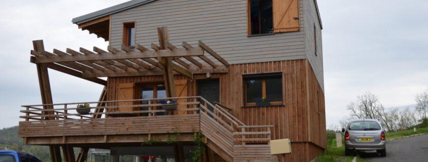 maison ossature bois bardage bioclimatique passive cranssac terrasse