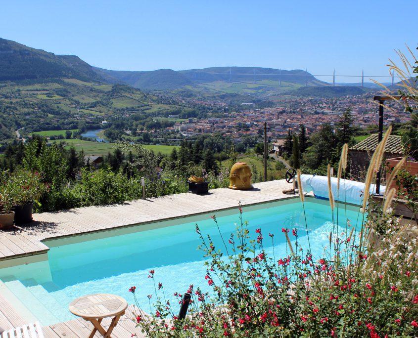 terrasse bois contour piscine millau